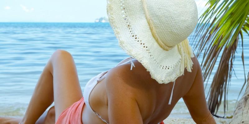 Frau entspannt am Meer