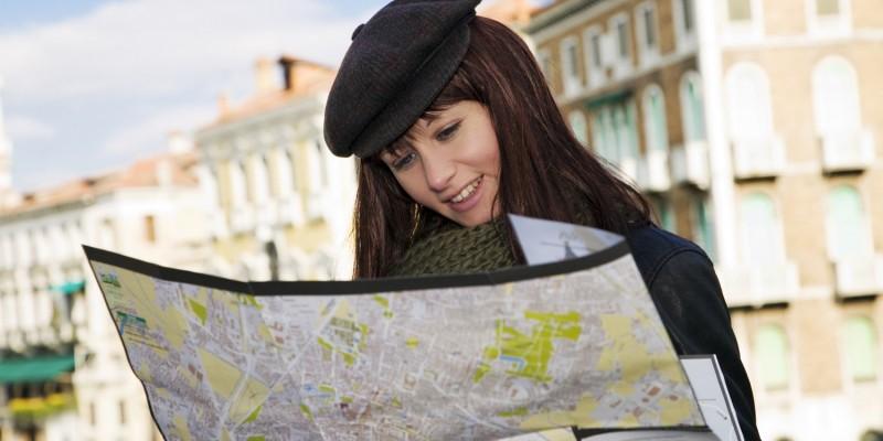 Frau sucht auf Stadtplan